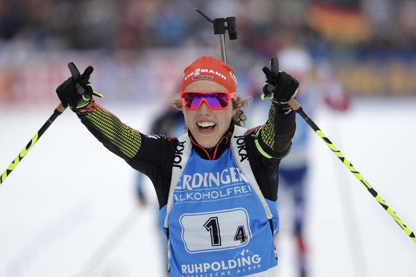 Nemecká biatlonistka Laura Dahlmeierová sa teší z víťazstva nemeckej štafety v Ruhpoldingu.