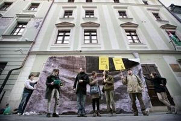 Demonštranti na znak protestu umiestnili pred stenou maďarského veľvyslanectva symbolickú čiernu plachtu.
