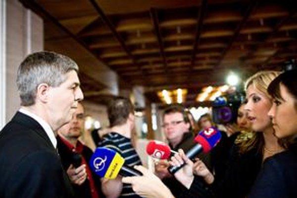 Béla Bugár napriek koaličnej kríze zabával novinárov, na chvíľu sa zahral na kameramana.
