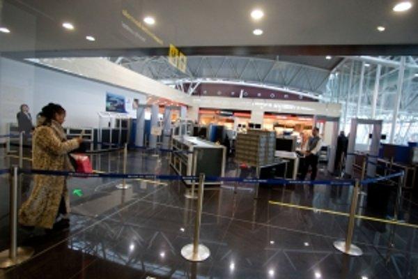 Nepovolené predmety, napríklad nožíky, berú cestujúcim na letisku bez náhrady. Pasažier si preto krém strčil do pančuchy.