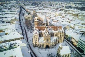 Tento záber zverejnila organizacia kosice region turizmus na fb. V texte uviedla: na idylický obrázok z metropoly východu potrebujeme: 1 Dóm sv. Alžbety, za hrsť okolitých budov a kopu snehu.