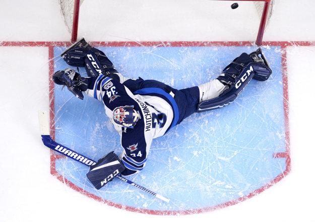 Brankár Winnipegu Jets Michael Hutchinson inkasuje gól po zakončení Mariána Gáboríka.