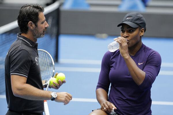 Serena Williamsová trénuje pred štartom Australian Open so svojím trénerom Patrickom Mouratogluom.