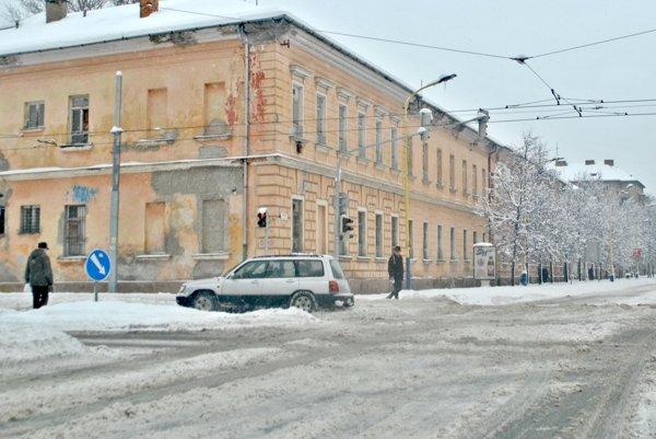 Križovatka pri hlavnej pošte. Cestu pokrývala v sobotu predpoludním vrstva kašovitého snehu.
