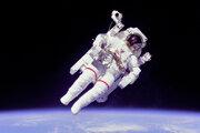 Astronaut Bruce McCandless v otvorenom vesmíre.