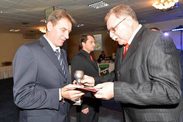 Tréner Pavol Strapáč (vľavo) je trénerom roka SsFZ 2016.
