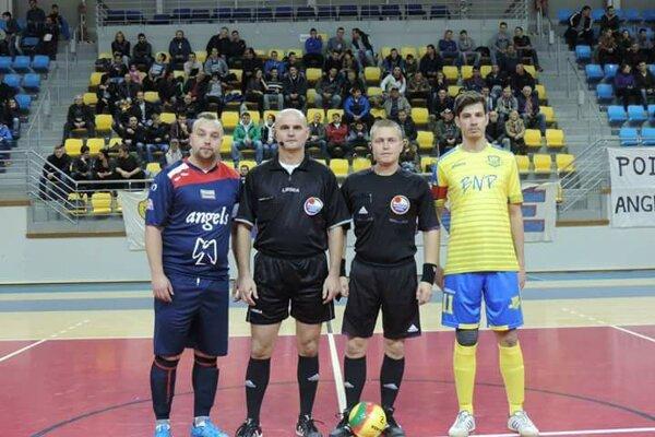 Kapitáni oboch mužstiev pred zápasom – vľavo Matúš Mamaj, vpravo Tomáš Jakub.