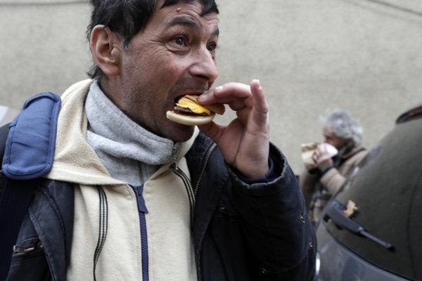 Vo vatikánskom Mcdonalde rozdávali jedlo ľuďom bez domova.