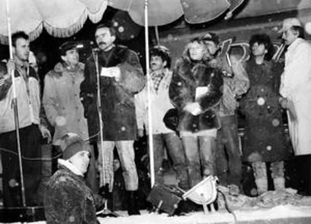 November 1989 premiérky Ivety Radičovej. Iveta Radičová na zasneženom námestí v Trenčíne, na ktoré dorazili 24. novembra s manželom Stanom Radičom (pri mikrofóne) a hercami Stanom Dančiakom (v šiltovke za Radičovou) a Štefanom Skrúcaným (vpravo) v snehove