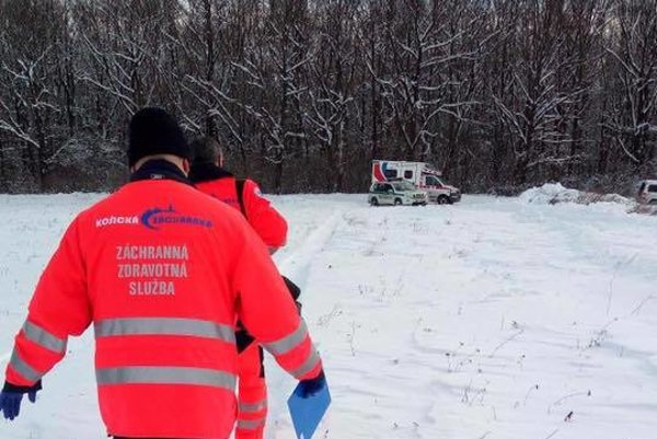 Nedostupný terén. Záchranári zobrali vybavenie a vydali sa pešo.