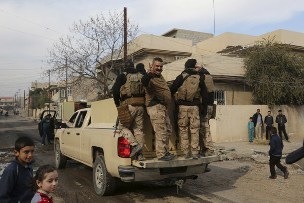 Iracký vojak ukazuje znak víťazstva.