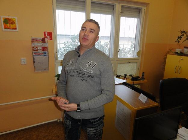 Riaditeľ Zlatého veku Marek Jankulár hovorí, že do zariadenia ani von z neho sa človek tak ľahko nedostane. Kolenčíková podľa neho nemohla prísť anonymne, ako to poslankyňa tvrdí.