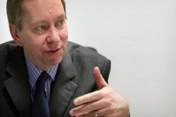 Michael Roberts (1960) študoval filozofiu, politiku a ekonómiu na Oxforde. Do zahraničnej služby vstúpil v roku 1984. Diplomatickú kariéru začal na britskom veľvyslanectve v Aténach, neskôr pôsobil v Bruseli a v úrade britského premiéra. Pred príchodom na