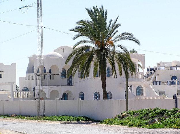 Architektúra na Djerbe oslňuje bielou farbou.