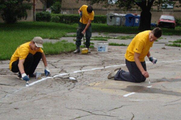 Mladí ľudia vyčistili a opravili jedno zo zanedbaných basketbalových ihrísk.