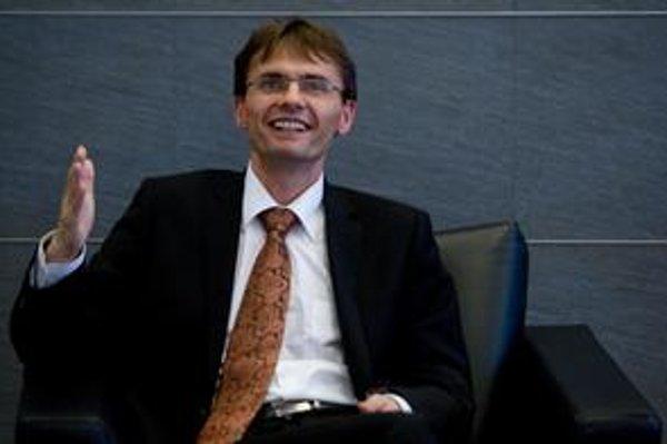 Ľubomír Galko (42) vyštudoval teoretickú kybernetiku, matematickú informatiku a teóriu systémov na UK v Bratislave. Začínal ako programátor, viedol aj hypermarket Kaufland. Pred nástupom do funkcie ministra obrany bol riaditeľom siete obchodov DONA DN. V