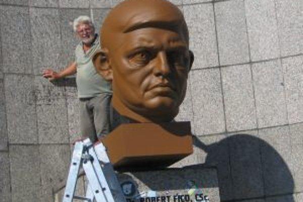 Sochár mal s majiteľom priestranstva – odborovým združením dohodu, že ho môže využiť. Keď zistili, že tam nainštaloval bustu expremiéra Roberta Fica, dali ju zahaliť.