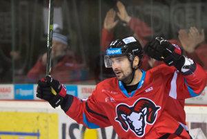 Hokejisti Banskej Bystrice majú v tejto sezóne veľmi dobrú formu. Na snímke sa z gólu raduje útočník Dávid Buc.
