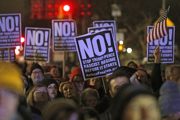 """Plagáty s nápisom """"Nie! Zastavte fašistický režim Trumpa a Pencea predtým, ako začne"""" na proteste v New Yorku."""
