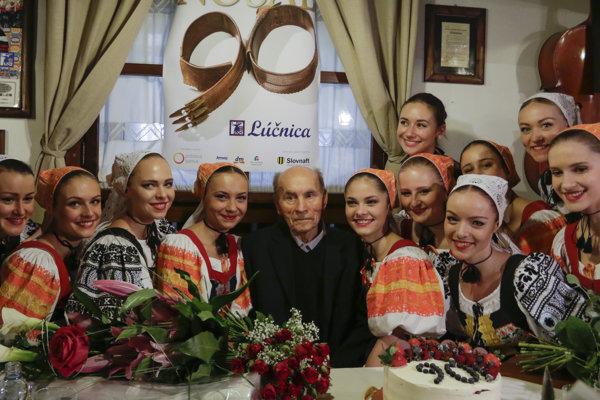 Na snímke uprostred Štefan Nosáľ a členky FS Lúčnica počas gratulácie. V Bratislave 20. januára 2017.
