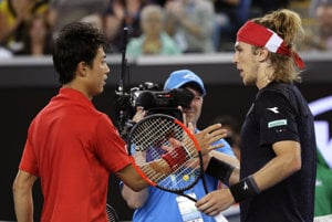 Lukáš Lacko (vpravo) si podáva ruku s Keiom Nišikorim po prehranom zápase tretieho kola Australian Open.