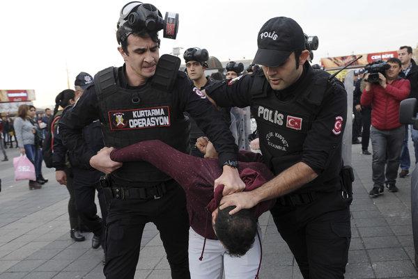 Turecká polícia zatýka jedného z ľudí protestujúcich proti zadržaniu predsedov strany HDP (ilustračné foto).