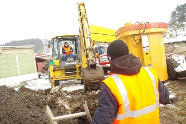 Oprava poruchy na potrubí v Domaniži.