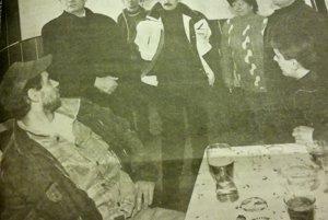 """""""Premiér Dzurinda prepadol krčmu v Zdobe."""" Vtedajší premiér prišiel osobne pozrieť ako prebiehajú záchranné práce.  S primátorom Schusterom sa vtedy ukryli pred zimou do pohostinstva v Zdobe."""