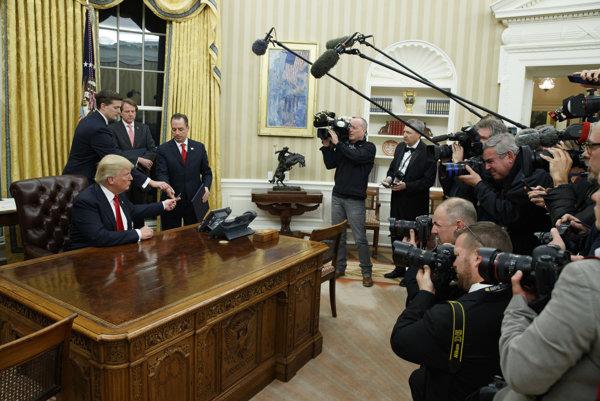 Trump vo svojej novej pracovni pri podpise prvého nariadenia.