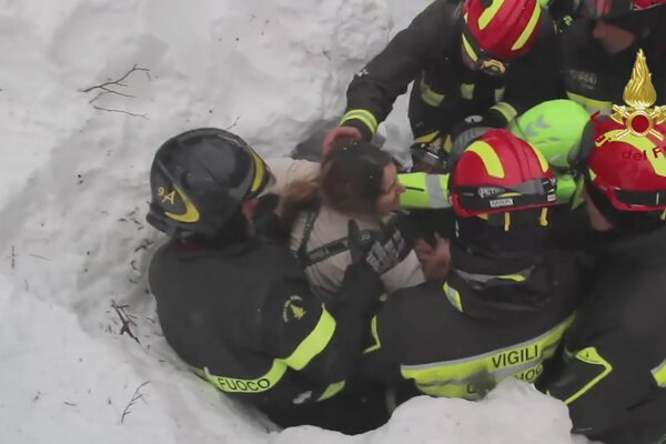 Záchranári vyslobodzujú ženu, ktorá prežila.