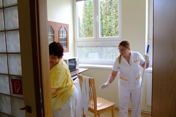 Vlani v časti nemocnice mimo gynekologicko-pôrodníckeho oddelenia pripravili izby aj zázemie. namiesto mamičiek bude slúžiť oteckom.