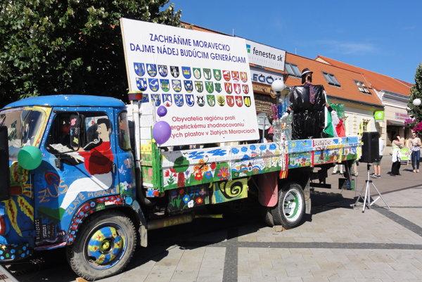 Proti spaľovni plastov, prevažne odpadov dovážaných zo zahraničia, sa v meste vzniesla masívna vlna odporu. Zorganizovali sa aj viaceré podujatia proti spaľovni.