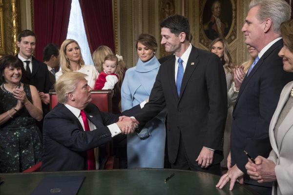 Nový americký prezident Donald Trump podáva ruku predsedovi americkej Snemovne reprezentantov Paulovi Ryanovi po podpísaní dokumentov vo Washingtone 20. januára 2017.