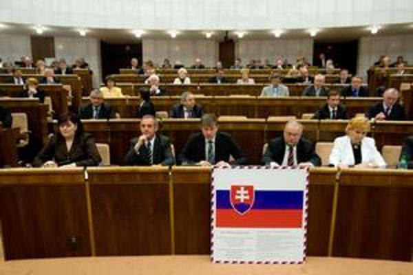 Poslanci SNS včera v parlamente ukázali, ako má vyzerať vlastenectvo.  Nebolo dôležité, ktorý zákon prejde, hlavne, aby bola zástava v triede. Nemusí byť látková, stačí plagát.