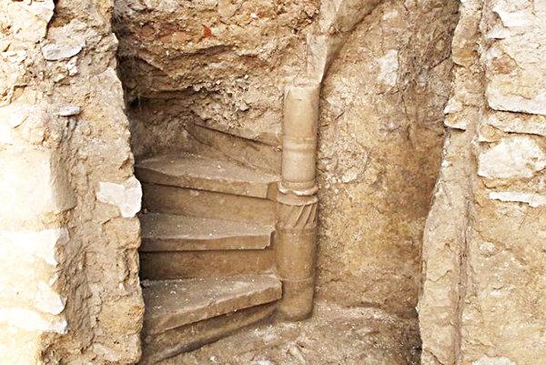 Na hrade Bystrica odkryli točité schodište.
