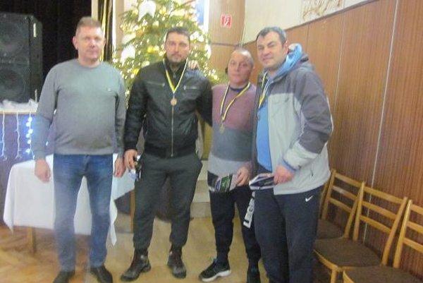 Trojica najlepších mužov v spoločnosti starostu obce Dolný Ohaj Ivana Solára(celkom vľavo)