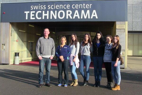 Vedecký tím zdetvianskeho gymnázia sMichaelou Musilovou.