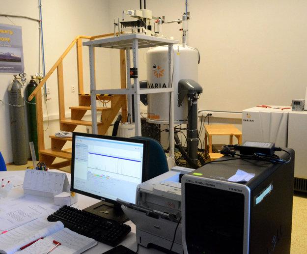 NMR spektrometer. Drahý prístroj univerzity sa podarilo uchrániť pre ohňom aj vodou.