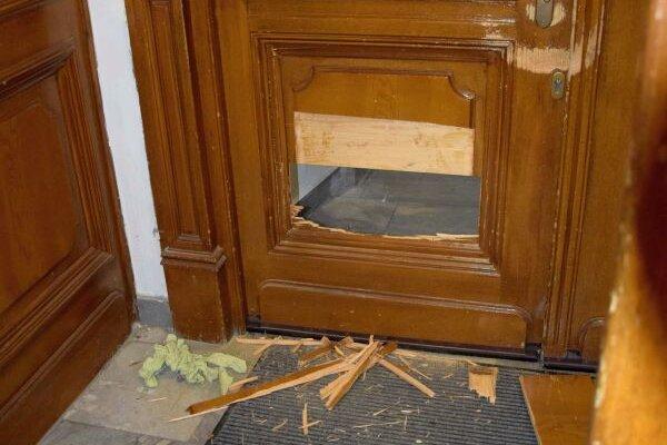 Poškodené dvere v kostole.