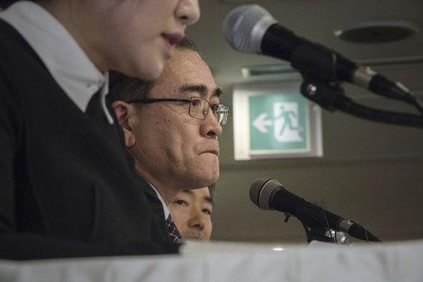 Tche Jong-ho hovorí s médiami.