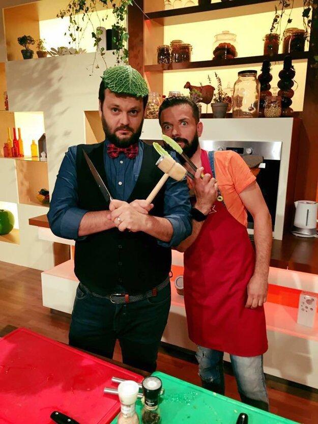 """Akcia za sporákom Moderátor relácie Moja mama varí lepšie Milan Junior Zimnýkoval je za každú srandu a so súťažiacimi sa odfotí aj v špeciálnom """"outfite""""."""