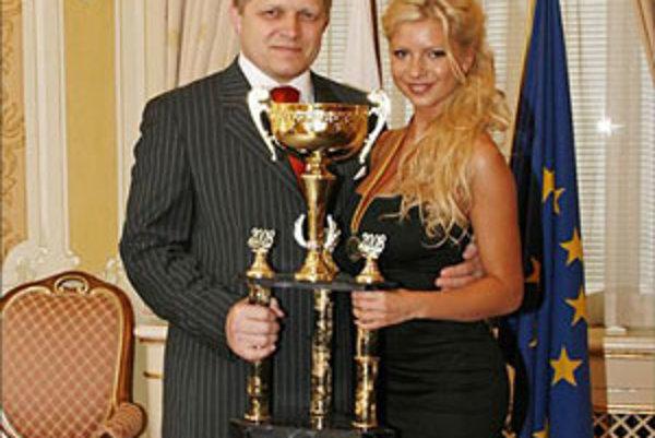 Na Martinkovú sa usmialo šťastie. Premiér Fico si ju vybral a poslal jej 17tisíc eur z peňazí daňových poplatníkov.