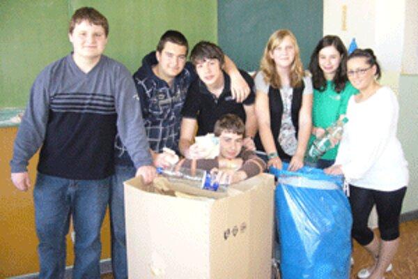 Žiaci z Nedožier-Brezian separujú papier a plastové fľaše.