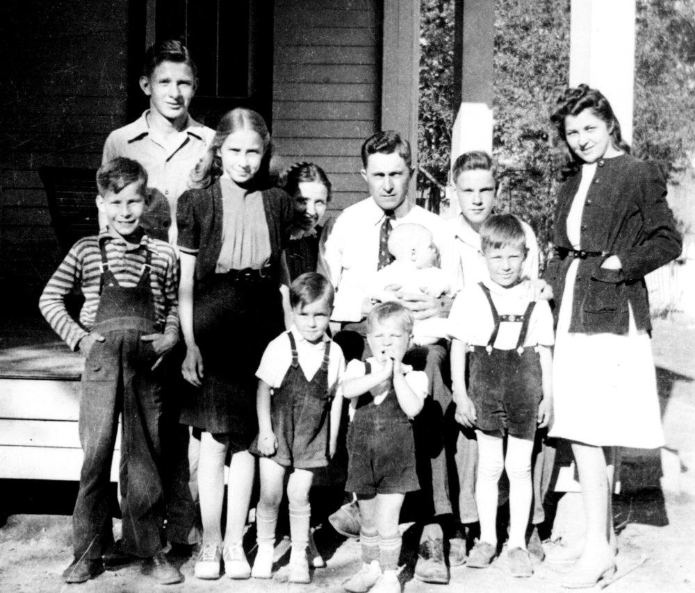 Edgar Harrell (najvyšší) s rodinou.