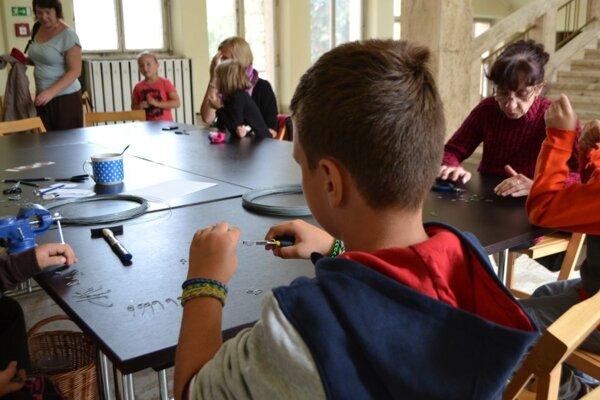 Deti sa učia technike drôtovania.