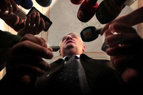Predseda SNS Ján Slota odpovedá na otázky novinárov počas brífingu po prijatí u prezidenta SR Ivana Gašparoviča.