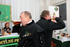 Súčasťou šachtágu bola aj súťaž v pití piva.