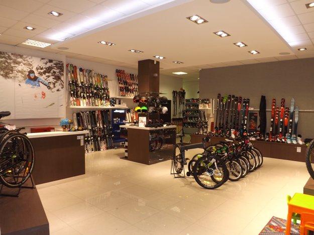 Jazdené lyže je najlepšie si vyskúšať. Túto môžnosť ponúka bazár, ktorý je súčasťou predajne Dual Sport.