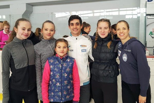 Zľava Katka Stračárová, Soňa Mušinská, Javier Fernández, Lucia Štefanková, Carolina Kostner. Vpredu je Paulína Bieliková.