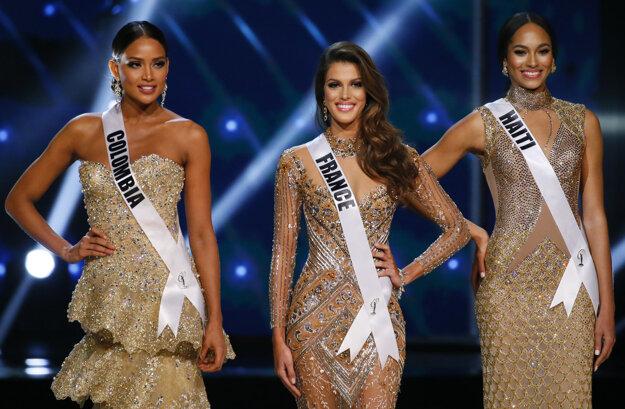 Zľava: Druhá vicemiss Kolumbijčanka Andrea Tovarová, Miss Universe Iris Mittenaereová, prvá vicemiss Haiťanka Raquel Pélissierová